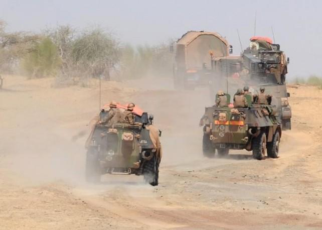 Une colonne de l'armée française quitte Tombouctou pour Gao. REUTERS/David Lewis