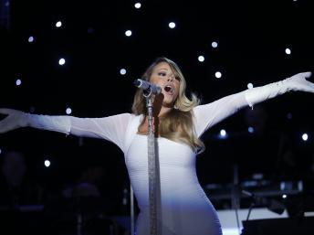 La chanteuse américaine Mariah Carey lors d'un concert à Washington, le 6 décembre 2013. REUTERS/Kevin Lamarque