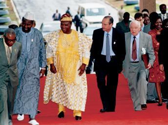 Fernand Wibaux, à droite de Jacques Chirac, en 1995, lors d'une rencontre avec des chefs d'Etat africains au Bénin. AFP PHOTO / CHRISTOPHE SIMON