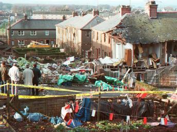 Des personnes observent les dégâts causés par l'explosion du Boeing 747 de la Pan Am au-dessus de Lockerbie, le 22 décembre 1988. AFP/ROY LETKEY