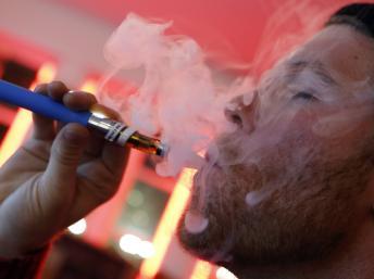 Un usager de cigarette électronique au Henley Vaporium, à New York, le 18 décembre 2013. REUTERS/Mike Segar