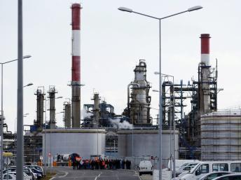 La raffinerie de Donges, en Loire-Atlantique, est l'une des quatre raffineries en grève. Stephane Mahe/Reuters