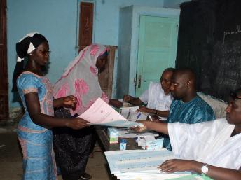 Dans un bureau de vote du quartier populaire de Sebkha à Nouakchott, lors du premier tour des élections mauritaniennes. AFP PHOTO / Mohamed Ould Elhadj