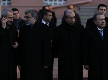 Les ministres Zafer Caglayan (tout à gauche) et Muammer Güler (tout à droite), avec leurs homologues à l'Energie et à l'Agriculture, le 18 décembre à Ankara. REUTERS/Umit Bektas