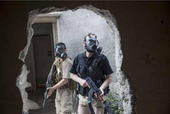 Laurent Van der Stockt a reçu le Visa d'or pour son travail sur la Syrie. Ici des combattants de l'ASL se protégeant des gaz toxiques des forces gouvernementales syriennes, dans le quartier de Jobar, à Damas, le 13 avril 2013. Laurent Van der Stockt/Reportages by Getty Images pour Le Monde