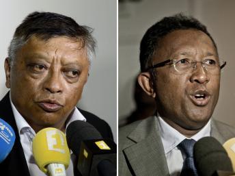 Les deux candidats à l'élection présidentielle malgache, Robinson Jean Louis (g) et Hery Rajaonarimampianina (d) à Antananarivo, le 26 octobre 2013. AFP/Stéphane de Sakutin/Rijasolo