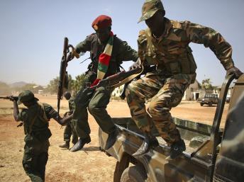 Les soldats de la SPLA, l'armée régulière sud-soudanaise, sont prêts à avancer sur Bor. REUTERS/Goran Tomasevic