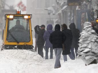 La neige paralyse en grande partie la ville de Québec. REUTERS/Mathieu Belanger