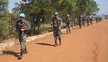 Des casques bleus patrouillant sur une route menant à Djouba