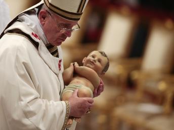 Le pape François, lors de la messe qu'il a célébré le mardi 24 décembre 2013 dans la Basilique Saint-Pierre. REUTERS/Tony Gentil