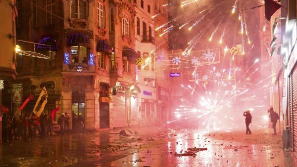 Des manifestants utilisent des feux d'artifice contre les forces de l'ordre à Istanbul, le 27 décembre 2013.