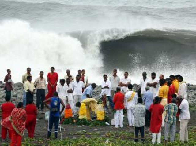 Cérémonie d'offrandes hindoue près de Saint-Denis-de-la-Réunion, mercredi 1er janvier 2014. AFP PHOTO RICHARD BOUHET