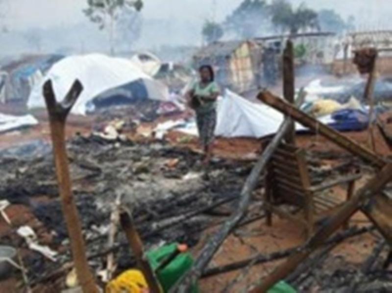 Camp de Nahibly, le 20 juillet 2012. Une femme au milieu des décombres calcinés. REUTERS/Stringer