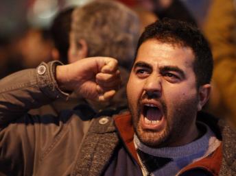 Un militant, lors d'une manifestation contre la corruption organisée par des organisations de gauche, à Istanbul, mercredi 25 décembre. REUTERS/Osman Orsal
