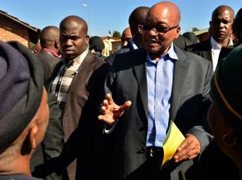 Le président sud-africain, Jacob Zuma en visite dans le township de Soweto, Johannesburg, le 14 juin 2013. AFP PHOTO/MUJAHID SAFODIEN