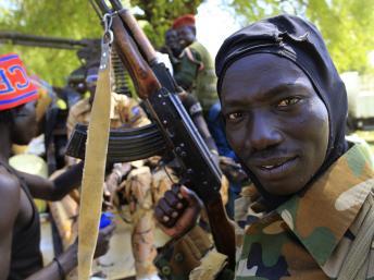 Combattant de l'armée du Soudan du Sud, ici à côté de Bor, le 25 décembre. REUTERS/James Akena