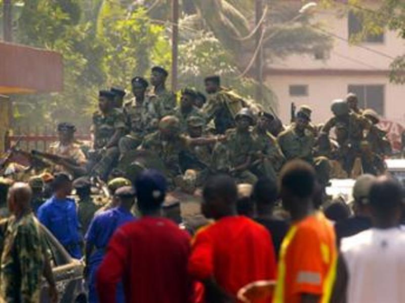 Des soldats guinéens patrouillant dans les rues de Conakry, dans des véhicules blindés, le 23 décembre 2008. AFP