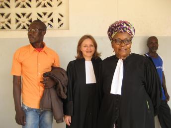 Jean-Claude Mbédé avec deux de ses avocats, à Yaoundé, le 19 novembre 2012. RFI/Sarah Sakho