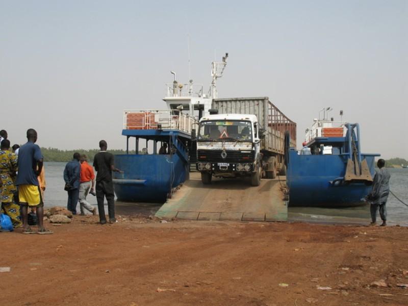 Reprise du blocus de la traversée gambienne: les transporteurs sénégalais ne lâchent pas du lest