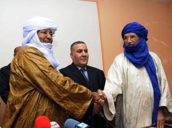 Baye Ag Dikmane (MNLA, à gauche) et Mohamed Ag Arib (Ansar Dine, à droite), le 21 décembre 2012 à Alger. RFI / Leïla Beratto