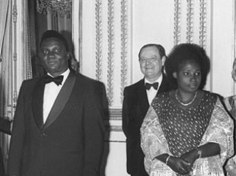 Le président Juvenal Habyarimana et son épouse Agathe Habyarimana, en 1977 à Paris. AFP