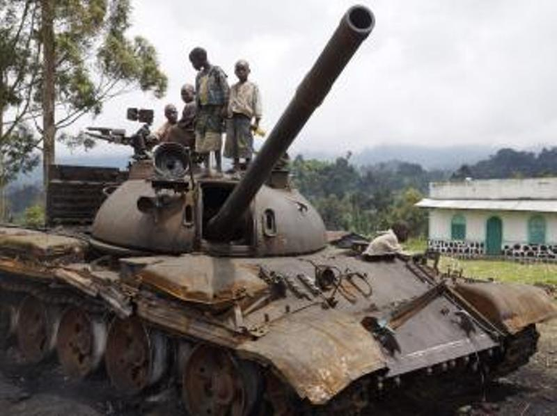 Des enfants jouent sur un tank abandonné par les rebelles du M23, à Kibumba, à l'est de Goma, le 6 novembre 2013. REUTERS/Kenny Katombe
