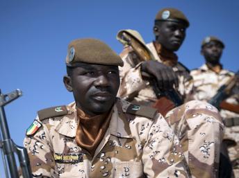 Des soldats maliens patrouillent à Gao. AFP/JOEL SAGET