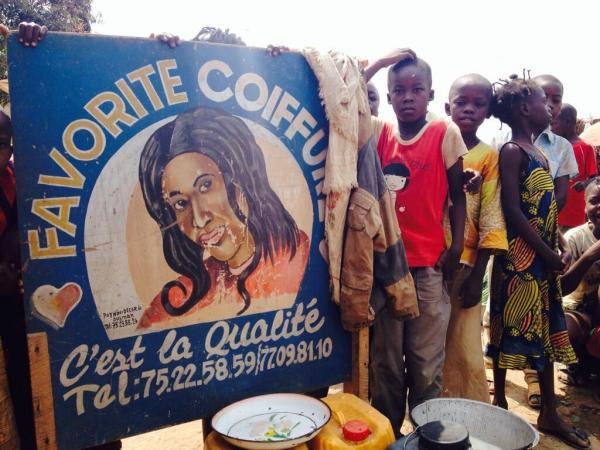 Devant le salon de coiffure pour dames de Favorite, 25 ans, au pied des pistes de l'aéroport de Bangui, le 19 janvier 2014. RFI