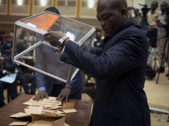 Les parlementaires du CNT ont donné une majorité de leurs suffrages à Catherine Samba-Panza, maire de Bangui, âgée de 59 ans. REUTERS/Siegfried Modola