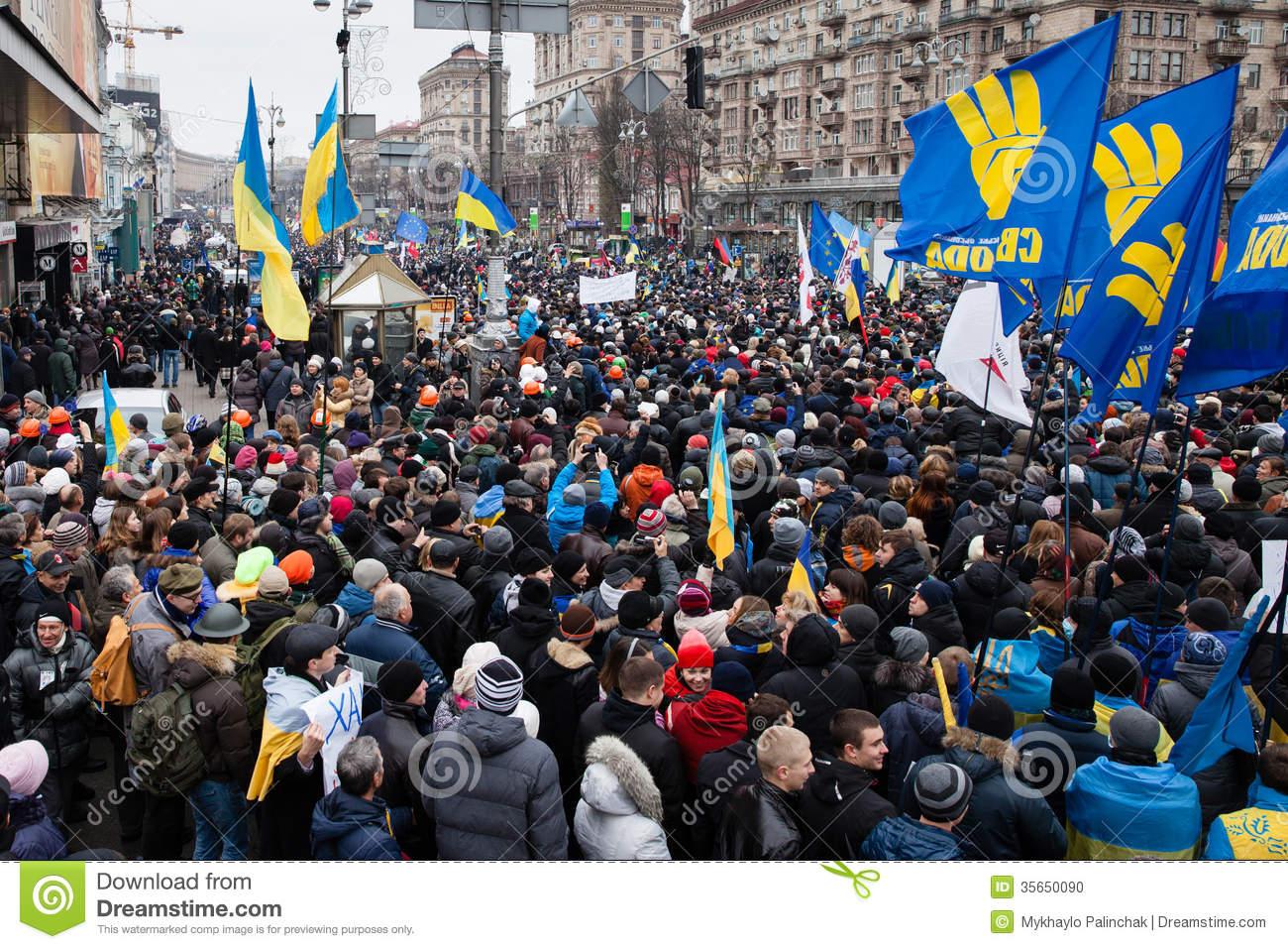 Ukraine : manifestants et policiers se regardent en chiens de faïence