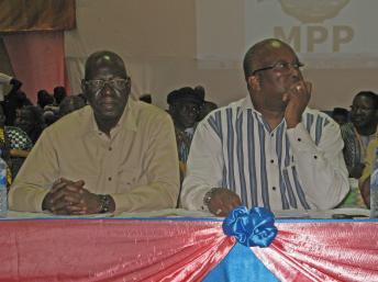 Le président du MPP Roch Marc Christian Kaboré (D) et Salif Diallo, chargé de l'orientation politique du nouveau parti, ont ouvert l'assemblée générale constitutive. Ouagadougou, le 25 janvier 2014. RFI/Yaya Boudani