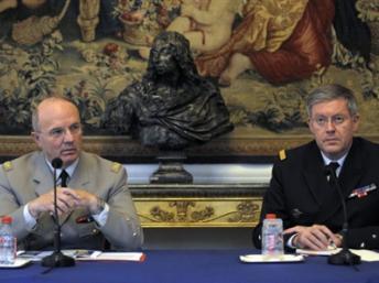 L'amiral Edouard Guillaud, chef d'état-major des armées depuis 2010 (d) et son prédécesseur, Jean-Louis Georgelin, lors de la conférence de presse du 10 avril 2009.