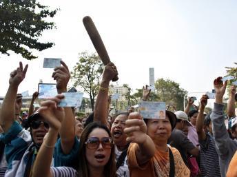 Dans certains bureaux de vote les électeurs ont été empêchés de voter par les opposants et manifestent leur colère comme ici devant un bureau de vote du centre de la capitale, Bangkok, le 2 février 2014. REUTERS/Nir Elias