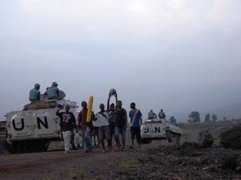 Des casques bleus de la brigade du Nord-Kivu de la MONUSCO en patrouille dans une rue de Goma croisent un groupe de jeunes en provenance d'un match de football, le 4 janvier 2013 MONUSCO/Brigade du Nord-Kivu.