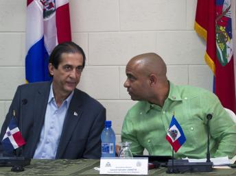 Le ministre dominicain à la présidence, Gustavo Montalvo (G) et le Premier ministre haïtien, Laurent Lamothe à Ouanaminthe, le 7 janvier 2014.