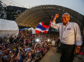 Suthep Thaugsuban, leader de l'opposition, harangue la foule de manifestants, le 9 décembre 2013 REUTERS/Athit Perawongmetha