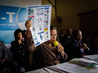 Béatrice Atallah, la présidente de la Cenit, la commission électorale malgache, présente la première version du bulletin unique. (Il s'agit de la version avec 41 candidats). Antananarivo, Madagascar. Bilal Tarabey / RFI