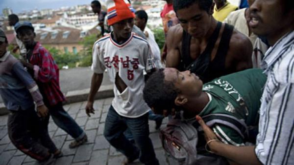 Un homme blessé à Antananarivo, le 7 février 2009. (Photo : AFP)