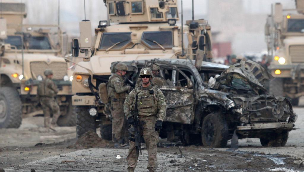 Les militaires américains sur le lieu de l'attentat à la voiture piégée à Kaboul, le 10 février 2014. REUTERS/Mohammad Ismail