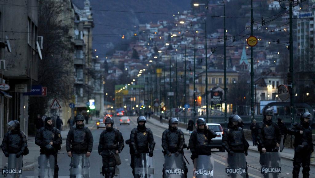 Sarajevo, le 10 février en fin de journée, des cordons de policiers tentent de contenir les opposants. REUTERS/Dado Ruvicrajevo