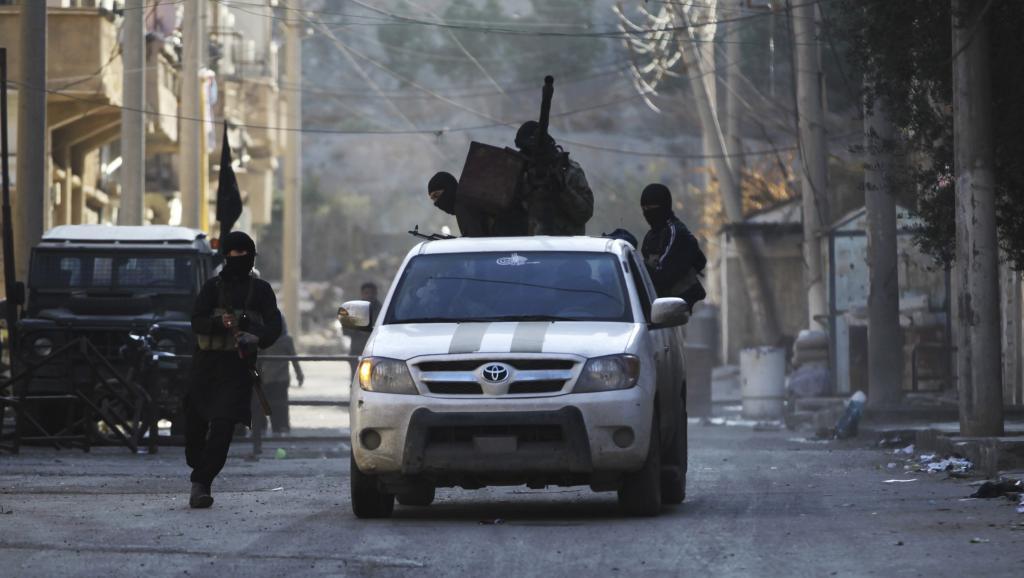 Des membres du groupe rebelle Jabat al-Nosra à Deir Ezzor, le 5 février 2014. REUTERS/Khalil Ashawi