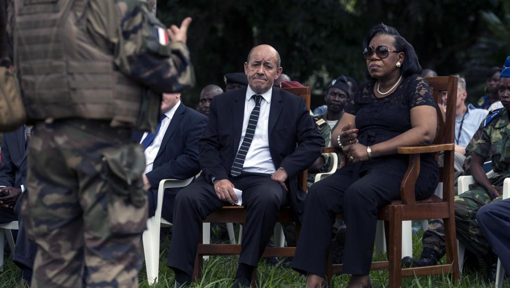 Jean-Yves Le Drian et Catherine Samba-Panza sont briefés par des militaires français à Mbaiki. FRED DUFOUR / AFP