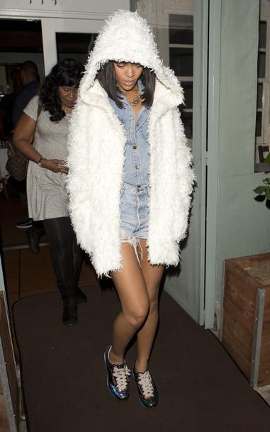 Rihanna sort d'un restaurant de Los Angeles le 12 février 2014