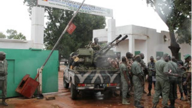 Des soldats maliens regroupés à l'entrée du camp de Kati, fief de l'ex-junte dirigée par Amadou Aya Sanogo.