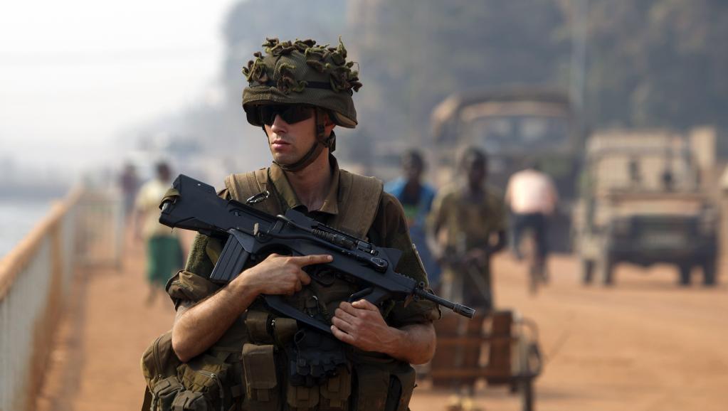Un soldat de la force Sangaris dans les rues de Bangui, le 18 janvier 2014. REUTERS/Siegfried Modola