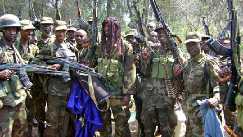 Des militaires ougandais fêtent une de leurs victoires sur la LRA dans le parc national de la Garamba, en République démocratique du Congo, le 18 décembre 2008. Reuters