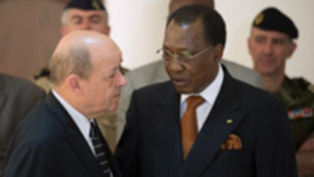 Le président tchadien Idriss Déby en compagnie du ministre français de la Défense Jean-Yves Le Drian