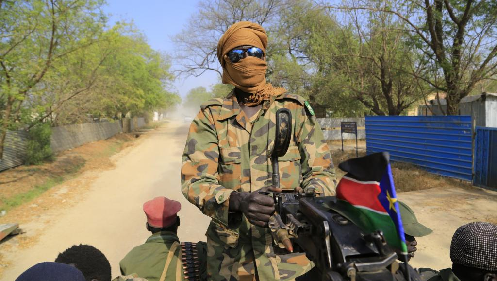 Un soldat sud-soudanais dans les rues de Malakal, à 500 km au nord-est de Juba, au Soudan du Sud, le 31 décembre 2013.