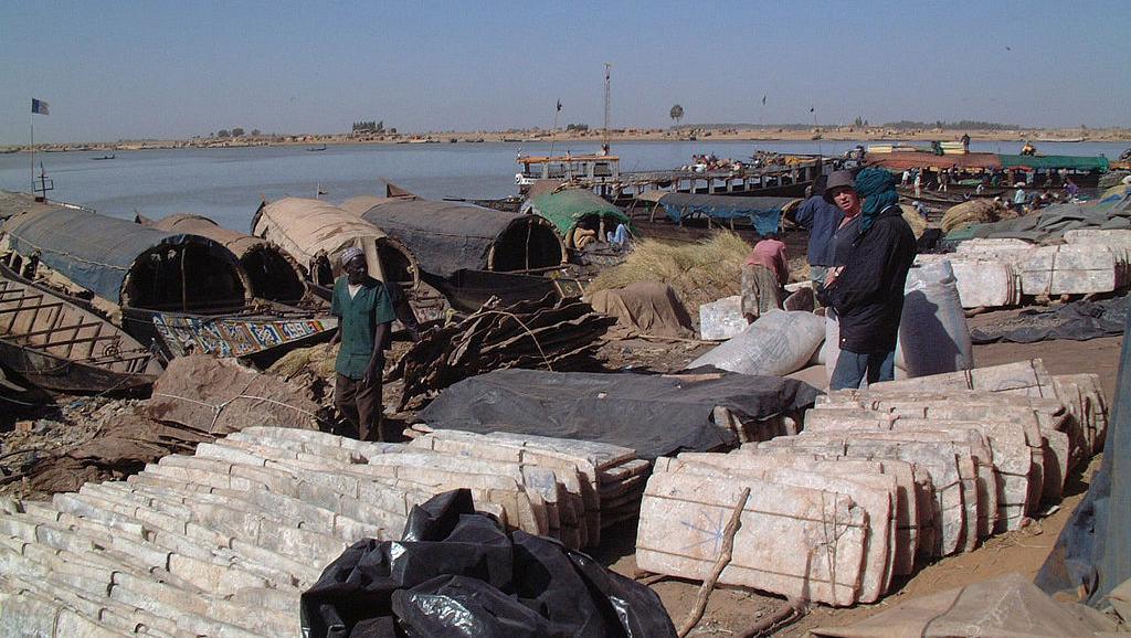 Les plaques de sel de Taoudeni, déchargées sur le port de Mopti, au Mali. CC BY-SA 3.0 Taguelmoust