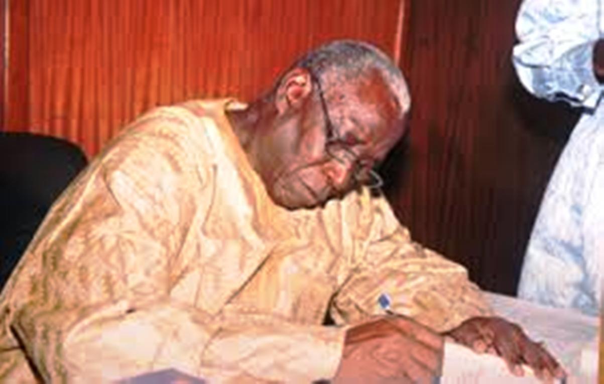 Veille du Groupe Consultatif à Paris : Le Professeur Moustapha Kassé met à la poubelle le Plan Sénégal Emergent et déchire le rapport de la CNRI